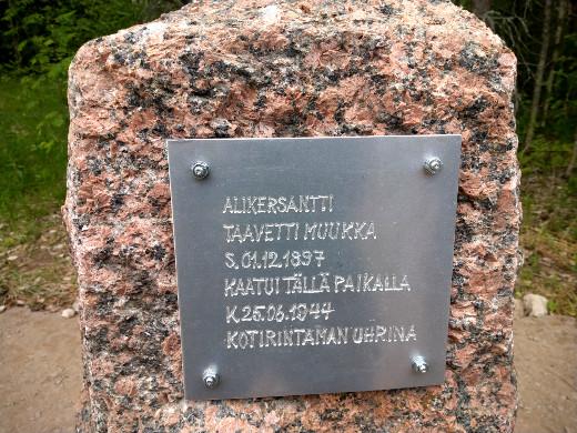 Tenho Muukka, Seppo Kangasmäki, Juha Nisonen ja Lasse Nisonen pystyttivät muistomerkin Taavetti Muukan kuolinpaikalle Metsolantien viereen.