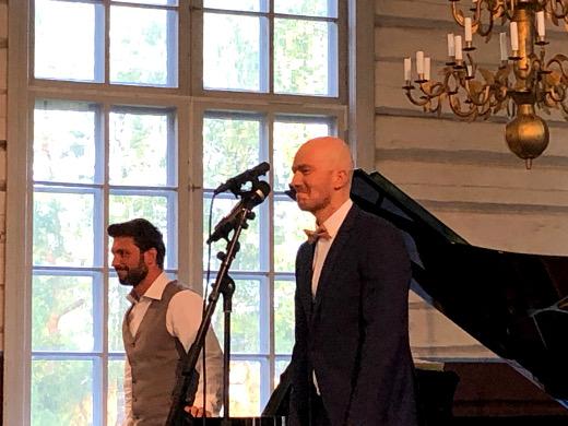 Justas Stasevskij (vas.) ja Jussi Vänttinen Lemin kirkossa.