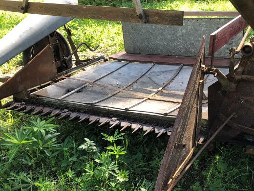 Leikattu vilja päätyi ensin kankaiselle lavalle. Kankaat ovat päässeet hapertumaan, kun kone oli välillä jokusen vuoden taivasalla.
