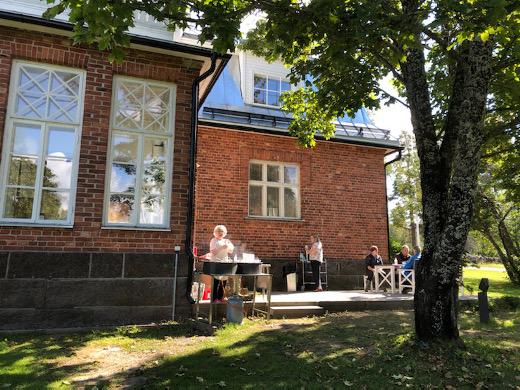 Pihalla tarjottiin kahvia sekä Liisa Haikon ja Riitta Huttusen (kuvassa) paistamia lettuja.