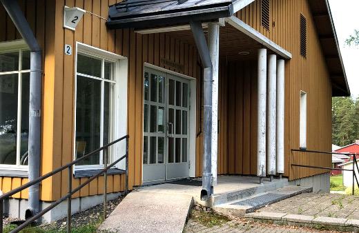 Seurakuntatalon yleisövessan ovet ovat olleet kiinni jo puolitoista vuotta, ja myös vanhan kunnantalon vessa on suljettu.