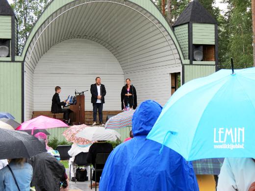 Johannes Piirto, Erik Rousi ja Pihla Terttunen päättivät juhlat sunnuntaina Laululavalla. Konsertti alkoi sadesäässä. Kuva Lemin musiikkijuhlat/Tarja Lindfors.