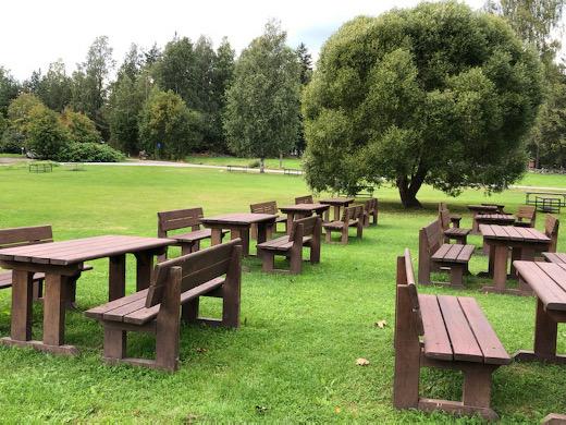Koronaepidemian takia kirjaston luokse siirretty kesätori ei ole muuttamassa takaisin kunnantuvan puistikkoon.