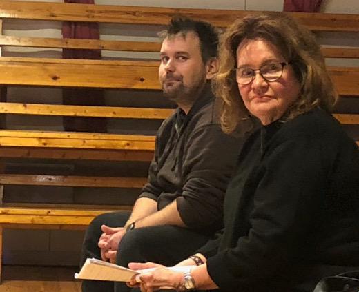 Ohjaaja Sami Sivonen ja kuiskaaja Marjo Rüster harjoituksissa Tapiolassa keskiviikkona.
