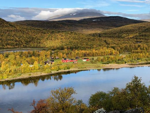 Myös Tenon Norjan puolella nautitaan ruskasta.