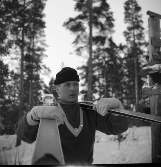 Heikki Hovi mäkisukset olallaan. Kuiva Taikalyhty.