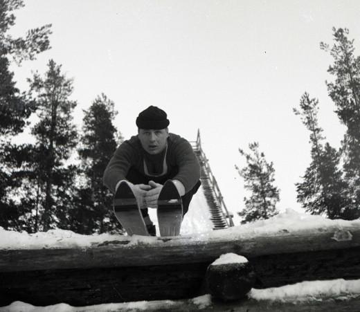 Heikki Hovi Vuolteen hyppyrin nokalla. Kuva Taikalyhty.
