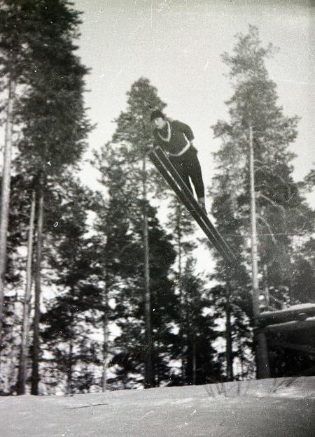 Heikki Hovi hyppää Vuolteessa. Kuva Taikalyhty.