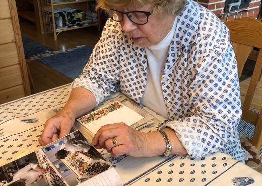 Maija-Liisa Searlella on albumissaan kuvamuistoja maton teosta.Niitä on mukava verestää vapaa-ajan asunnolla Lemin Vuolteenkannaksella.