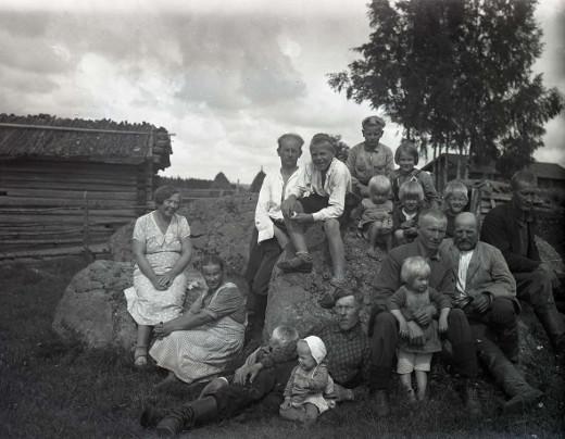 Anton Taipale, valkopaita kolmas vasemmalta ja Taavetti-veljen, edessä makuulla lasten kanssa, perhettä kotikivellä. Anton Taipale, valkopaita kolmas vasemmalta ja Taavetti-veljen, edessä makuulla lasten kanssa, perhettä kotikivellä. Anton Taipale, valkopaita kolmas vasemmalta ja Taavetti-veljen, edessä makuulla lasten kanssa, perhettä kotikivellä.
