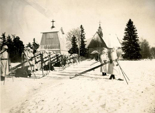 """Elokuva """"Hälytys Lemin suojeluskunnassa"""", Lemin Suojeluskunta kirkonmäellä 1923."""
