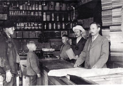 Pekarin kauppiaat 1911. Tiskin takana Albert (vas.), Elias ja Aatu Pekari.