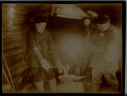 Taikalyhdyn kuva-arkiston vanhin kuva Lemin sepistä.