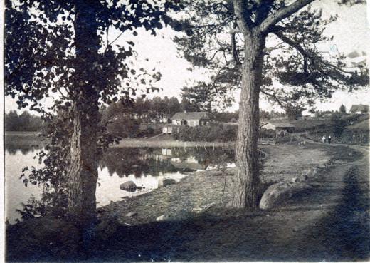 Suntionlahti 1910-luvulla. Paja Rasoniuksen talosta oikealla maantien vieressä. Kuva A.Tawast, 1910-luku/Taikalyhty