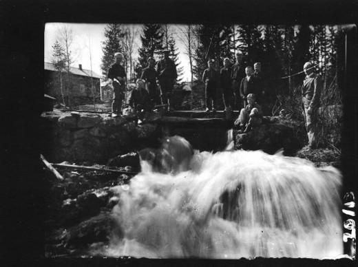 Koululaisia Hietakosken myllyllä. Kuva: Anton Taipale/kirjan kuvitusta.