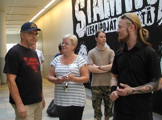 """Siru Lijander yhdessä Antti """"Hyde"""" Hyyrysen ja Juha Junnosen kanssa Stam1nan näyttelyn avajaisissa heinäkuussa 2011."""