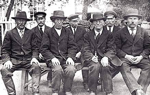 Lemin kirkkokuoron perustajat 1891 Direktör cantus Anders Lauren edessä toinen oikealta.