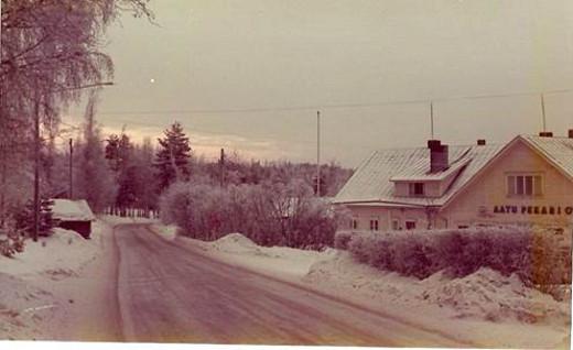 Jouluaatto hämärtyy Uimintiellä 1974. Kuva Aapo Pekari/Taikalyhty.