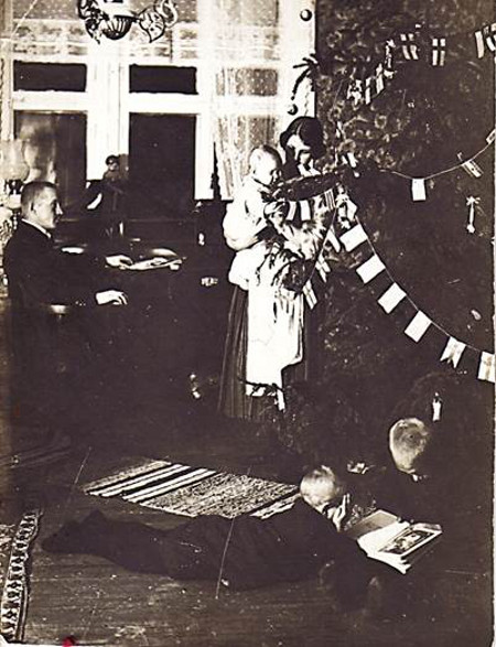Emil Haikosen perheen jouluvietto v. 1910. Kuva Emil Haikonen/Taikalyhty