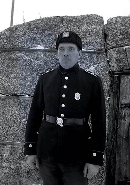 Polisikonstaapeli Elias Sinkko kellarinsa ovella.