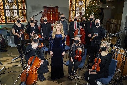 Liity mukaan laulamaan Kauneimpia Joululauluja Camilla Bäckmanin ja Antti Vuoren orkesterin kanssa. Laulujen sanat näkyvät ruudussa. Kuvat Hannes Honkanen